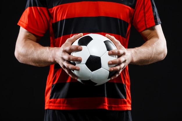 Captura recortada de las manos del portero con fútbol