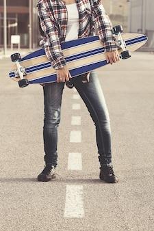 Captura recortada de mujer con skate