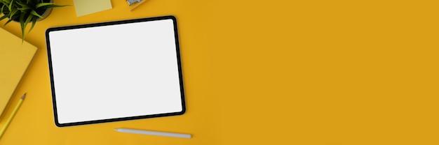 Captura recortada de tableta de pantalla en blanco con lápiz y papelería