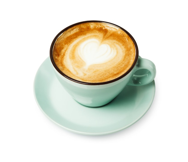 Capuchino con espuma espumosa en forma de corazón, primer plano de la taza de café azul aislado. café y bar, concepto de arte barista.