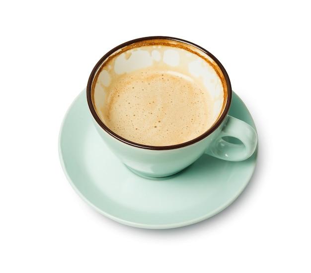 Capuchino con espuma espumosa, primer plano de taza de café medio vacío aislado. café y bar, concepto de arte barista.