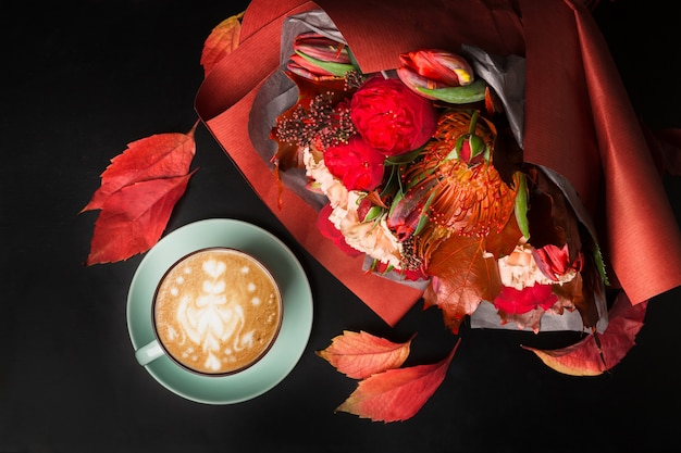 Capuchino y ramo de flores hermosas naturaleza muerta. composición de la tienda de flores. taza de café