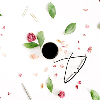 Capullo de rosa roja, vasos, hojas, café sobre superficie blanca