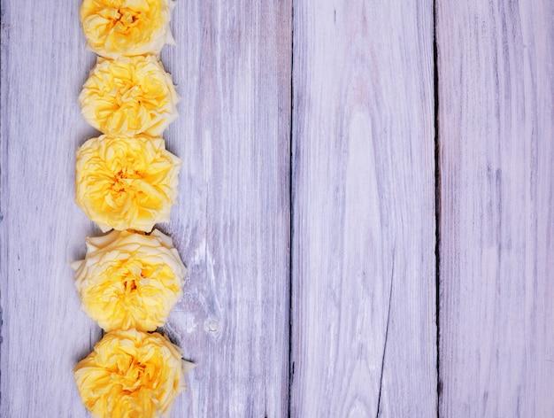 Capullos de rosas amarillas