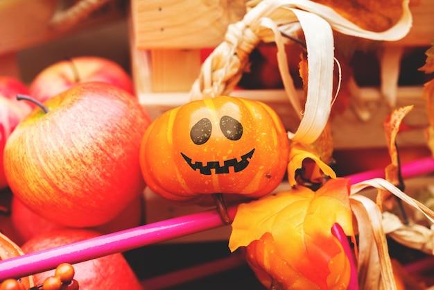 Cara alegre pintada en una fiesta de halloween de calabaza