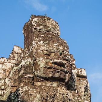 Cara antigua del castillo de bayon en el cielo azul.