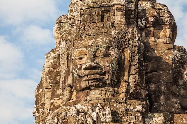 Cara del antiguo bayon en el cielo azul, camboya