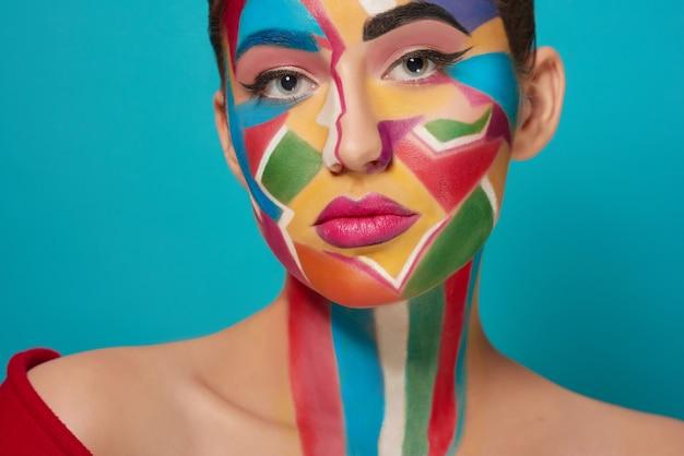 Cara de bella modelo con maquillaje creativo