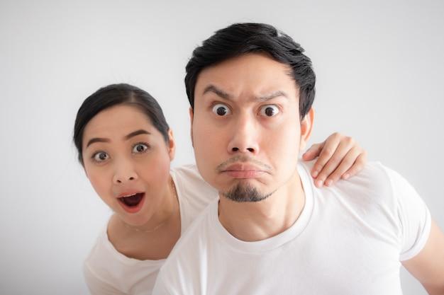 Cara divertida de los amantes de la pareja en duda ante algo increíble que están mirando