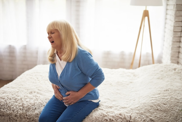 Cara dolorosa de anciana dispepsia colesterol.