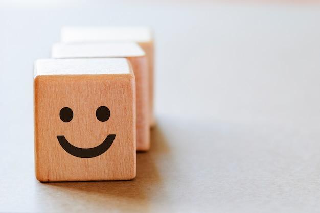 Cara feliz emoción en el lado de los dados