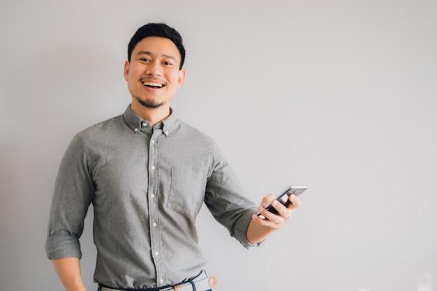 Cara feliz y guau del hombre asiático