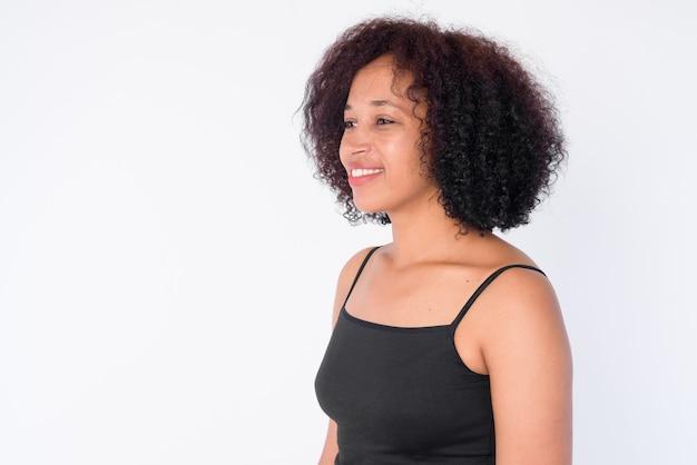 Cara de feliz joven hermosa mujer africana pensando
