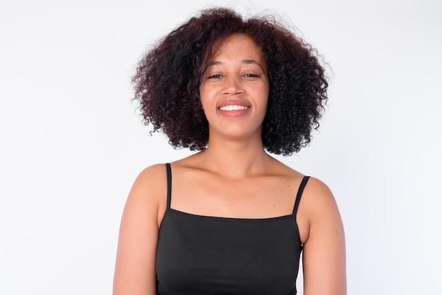 Cara de feliz joven hermosa mujer africana sonriendo