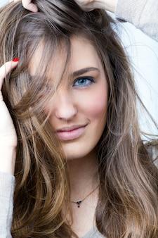 Cara femenina hermosa mujer mirando