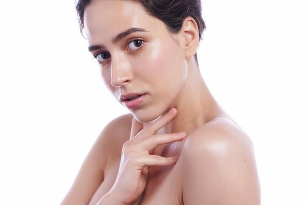 Cara hermosa de la mujer adulta joven con la piel fresca limpia - aislada en blanco