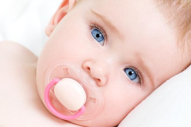 Cara de una hermosa niña recién nacida con cara azul