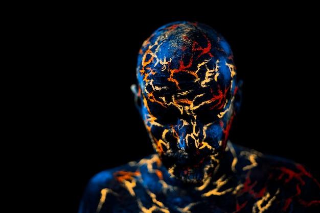 La cara del hombre pintada en neón uv lava