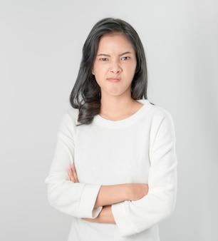 Cara de mujer asiática enojado y brazos cruzados