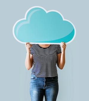 Cara de mujer cubierta con red de nubes