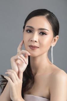 Cara de mujer hermosa mano de maquillaje