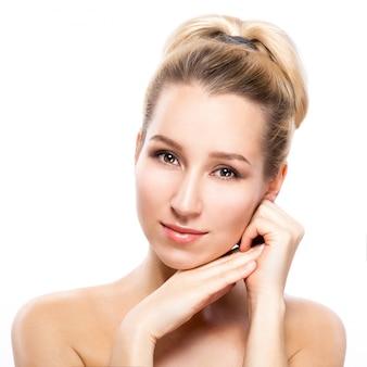 Cara de mujer hermosa. retrato de la belleza. mujer hermosa del balneario que toca su cara. piel fresca perfecta.