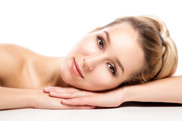 Cara de mujer hermosa. retrato de la belleza. piel fresca perfecta. modelo de belleza pura chica.