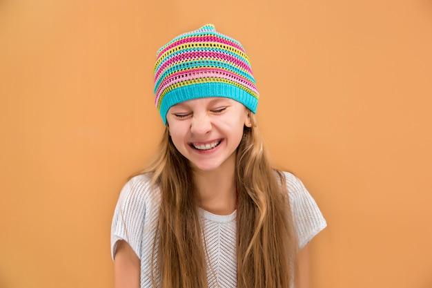 Cara de niña adolescente feliz juguetona