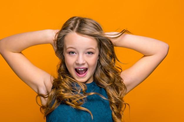 La cara de niña adolescente feliz