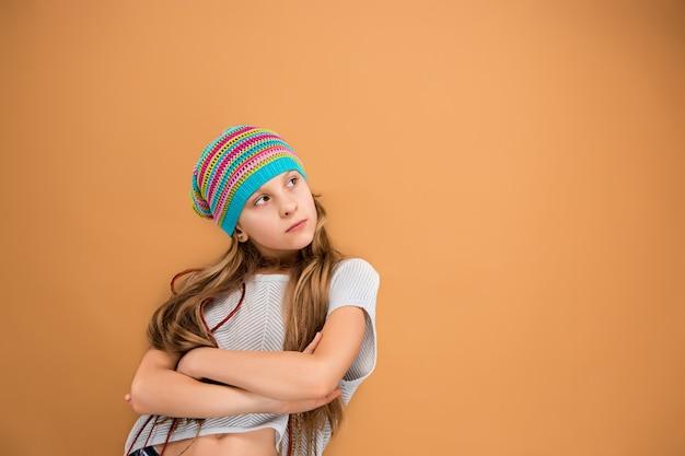 La cara de niña adolescente triste