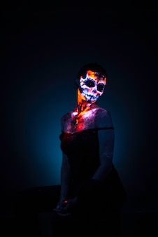 Cara de niña pintada de cráneo uv