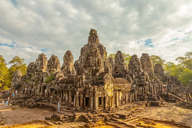 Cara retro del castillo de bayon en camboya