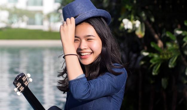 Cara de sonrisa linda chica asiática en parque verde