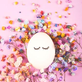 Cara de yeso de una niña en flores. concepto creativo de primavera.