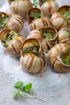 Caracoles al horno con mantequilla de ajo y hierbas frescas.