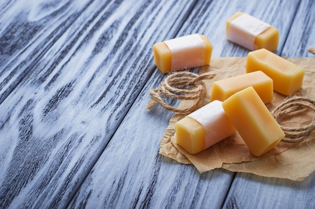 Caramelo de caramelo sobre fondo de madera