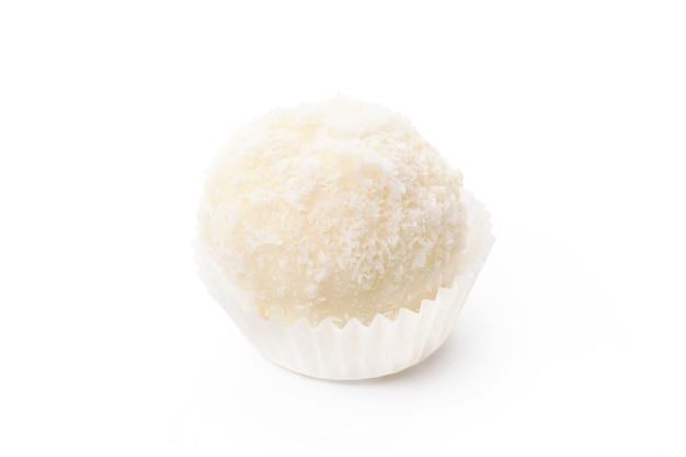 Caramelo de chocolate blanco con cobertura de coco aislado en blanco