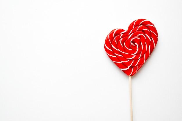 Caramelo en franja roja en forma de corazón