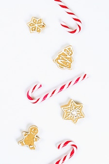 Caramelos de caña rojo blanco rayado y galletas de jengibre caseras