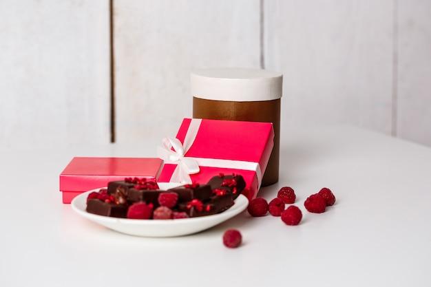 Caramelos de chocolate y frambuesa en blanco