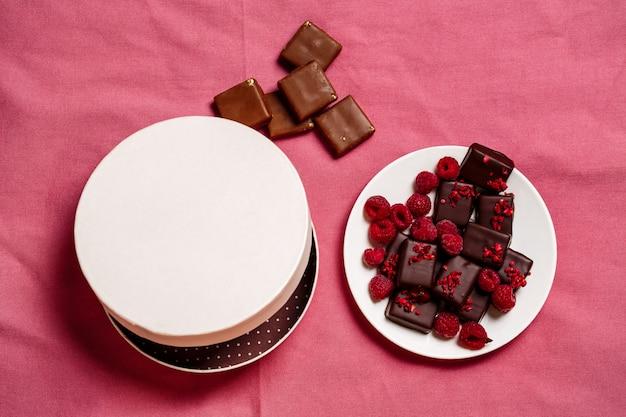 Caramelos de chocolate y frambuesa en rosa