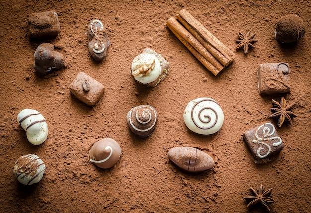 Caramelos de chocolate de lujo con cacao en polvo