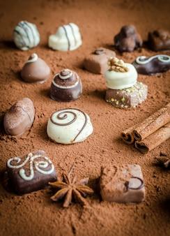 Caramelos de chocolate de lujo con fondo de cacao