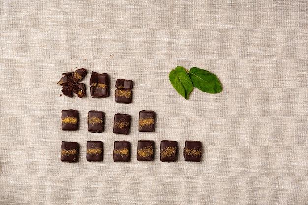 Caramelos de chocolate y menta sobre tela de saco