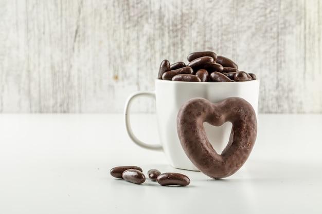 Caramelos de chocolate en una taza