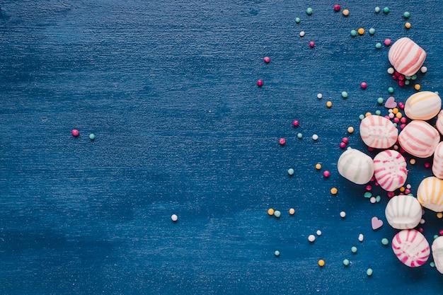 Caramelos de colores de diferentes tamaños
