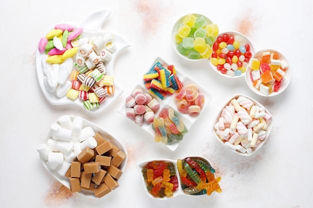 Caramelos de colores, gelatina y mermelada, dulces malsanos.