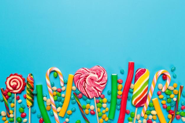 Caramelos de colores sobre fondo azul.
