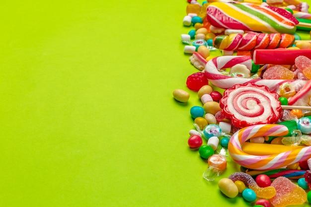 Caramelos de colores sobre fondo verde