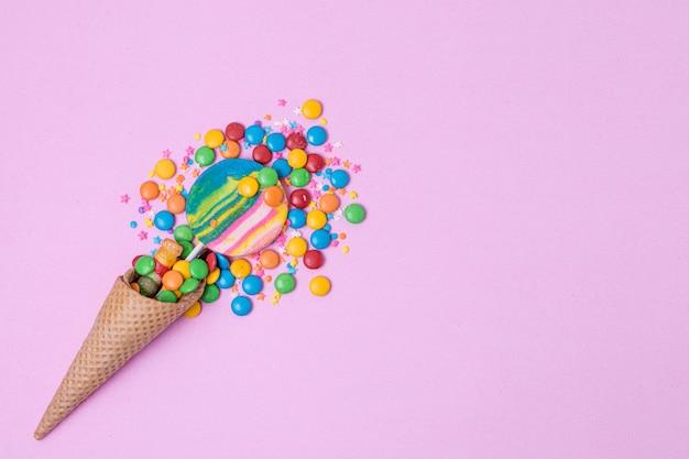 Caramelos en cono de helado con espacio de copia